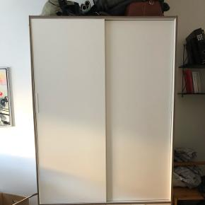 Trysil IKEA skab 1,5 år gammelt. Køber afhenter og skiller selv.  Bredde:  118 cm Dybde:  61 cm Højde:  202 cm Indvendig bredde, skuffe:  51.4 cm Indvendig dybde, skuffe:  42.7 cm Maks. belastning/hylde:  30 kg Maks. belastning/skuffe:  7 kg