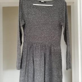 Mørk grå kjole fra bik bok. Dejlig blødt stof. Brugt et par gange, fejler intet. Byd gerne 😊 (jeg sender også gerne flere billeder)