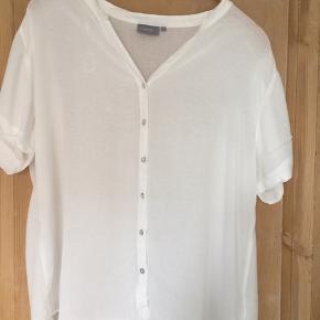 Super fin skjorte med korte ærmer. Let og luftig,