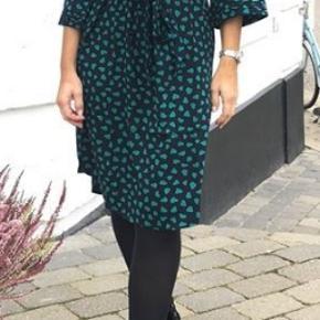 Super fin kjole. Aldrig brugt, kun vasket ved køb. Jeg har givet 800 kr. for den, så min mp er 400 kr. pp.  Den kan sendes for købers regning (36 kr. med DAO) eller afhentes i Århus C.