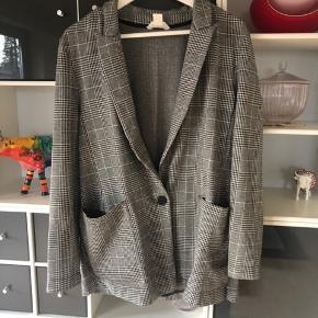 Blazer fra H&M, næsten som ny. Brugt få gange. 100kr ex Porto.