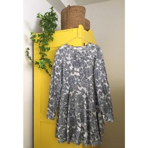 Sælger denne smukke sommerkjole fra Samsøe Samsøe. Str s. Været på i få timer, har tags til kjolen. Som ny. Ny pris var 800,-. 100% bomuld. Modellen på billedet er 180. Den er med knaplukning i halsudskæringen.  #trendsalesfund