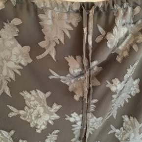 Flotteste nederdel i et silkelignende stof. Nederdelen er en størrelse L, men kan strammes ind i elastikken som ønskes.  #Secondchancesummer