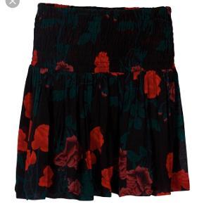 Flot nederdel fra Ganni i størrelse small. Nederdelen har været brugt en enkelt gang. Kom med et bud, samt skriv endelig for flere billeder :)