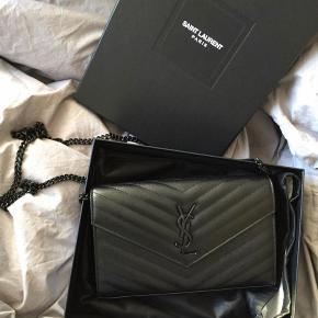 """💐 Jeg sælger min fine Saint Laurent """"Monogramme textured leather shoulder bag"""" i 100% calf skin. Jeg købte tasken tilbage i 2015 på Net-A-Porter.   Original æske, dustbag og certifikat på taskens ægthed følger med.   Der er mindre brugstegn på tasken så skriv endelig hvis du er interesseret i at se flere billeder!  **LÆS** Min mindstepris er 6.700 DKK/jeg sælger IKKE under denne pris. Jeg bytter ikke.  MÅL: Dybde: 3 cm Højde: 14 cm Bredde: 22 cm   #trendsalesfund #secondchancesummer"""