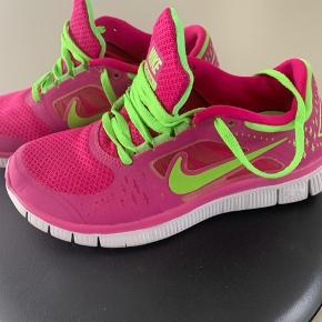 Fine Nike Free. Står rigtig pæne og er meget lidt slidte.  Sendes hvis modtager betaler.