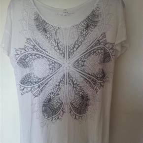 Varetype: T-shirt Farve: Hvid  Aldrig taget i brug, dog uden tags. Størrelsesmærket er desuden klippet af.