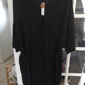 Flot kjole, hedder m men jer passer den og er 42. Oversize loose og let kjole.