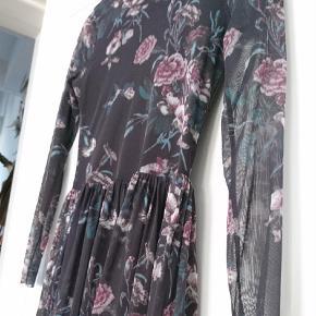 0976a905247 Varetype: Maxi Farve: Multi Prisen angivet er inklusiv forsendelse.  Fantastisk Ganni mesh kjole