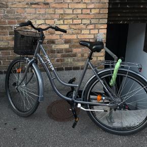 Virkelig god cykel til salg - et halvt år gammel - stand er som nykøbt i maj 2018 Nypris: 4000,-  Medfølger: Dynamo (magnet) lygter som er fast monteret, god tyk hængelås og 10 års vinter service i Jupiter Cykler på Tagensvej - hvor cyklen er købt.   Skriv for flere billeder eller kom forbi og prøv cyklen  BYD