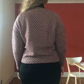 Sweatshirt-agtig bluse fra H&M i str. 38 i hvidt, mørkeblåt, mørkerødt og guld mønster (se billede 3).  Den har elastisk krave der er stribet i rød, blå og guld.  Har et boxy fit.