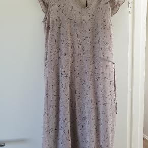 Virkelig fin kjole som desværre er for lille Str 34 (købt da jeg passede str 36)  Nypris 999 kr