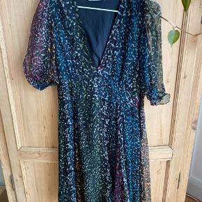 Superfin kjole. Aldrig brugt og derfor som ny.  Nypris 1200, sælges for 400kr  Normal i størrelsen.  Bytter ikke.