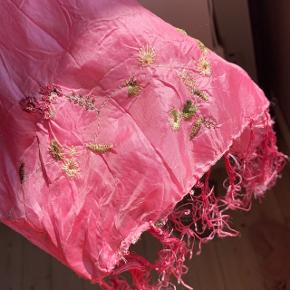 """Fineste """"silke""""-agtige tørklæde med detaljer. Kan bruges på mange forskellige måder."""