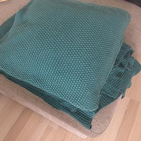 Pude og plaid fra ILVA.  100% bomuld.  Fra ikke ryger hjem. Mål på tæppe ca. 240x300 cm.  Nypris for begge dele 1000kr. 250kr for tæppe og pude 🌼