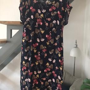 Supersmuk kjole fra Jackpot, som er stor i størrelsen (jeg bruger normalt str 40). Brugt et par gange og vasket/strøget 1 gang. Bredde over bryst 47 cm, længde fra skulder til søm 99 cm. 100 % viscose, der falder flot.