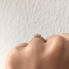 Fin ring med glasdiamanter i sølv