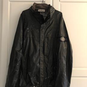 Sælger denne Lasered reflex mat Stone Island jakke. Den er lidt slidt men super fed.  Stl L. fitter som en M