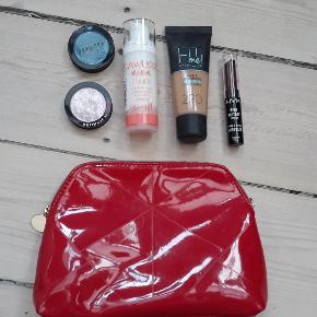 Samlet makeup pakke består af: - 2 x sephora øjenskygger - primer fra Berry M¨ - fit me foundation, i farven 220 - NYX læbestift - Rød makeup pung  det er brugt 1-2 gange, fremstår flot det sælges samlet for 70kr det kan sendes med DAO for 38kr