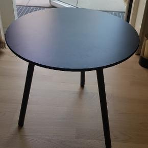 Rigtig flot og praktisk sort sofabord/sidebord/sengebord ø50 cm, fra Bahne. Bordet er lavet af robust træsort med 3 mørkegrå metalben. Det er lige som ny, med prismærke. Købspris 1.598 kr. (se prismærket på billedet)