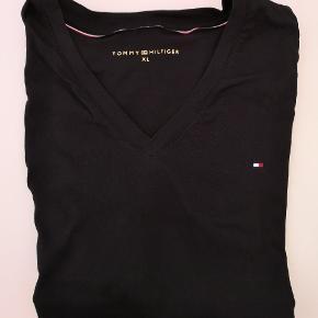 Kortærmet sort T-shirt købt i Tommy Hilfiger i Hamborg kvittering haves, vasket og brugt en enkelt gang. Købspris 300 kr