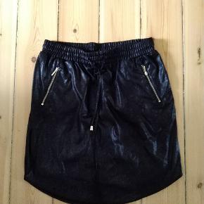 Fin nederdel i skinnende stof. Super god pasform