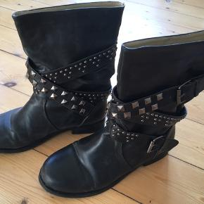 Rå bikerstøvle med nitter. Punk stil. Er blevet forsålet hos skomager før brug. De er foret indeni. Aldrig brugt