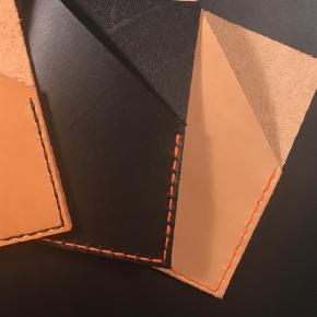Brand: Kernelæder Varetype: Læder kortholder Størrelse: Dankort Farve: Multi  Kernelæder kortholder.  Enkelt, stilrent, håndlavet og nordisk.  Kortholderen fremstilles i hånden og laves ved bestilling, og de kan derfor laves med orange, sorte eller hvide syninger  Laves i kernelæder, i enten sort eller natur.  Læder er et natur materiale, hvor ikke to stykker er ens og alt er håndlavet, derfor kan de variere i udtryk.  Kan afhentes i Aalborg, eller sendes med postnord mod Porto 20kr