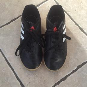 Sorte indendørs fodboldstøvler str. 34. Så lidt brugt, at de ikke har slidmærker. Sender ikke, men kan afhentes i Rødekro, Esbjerg eller Kolding