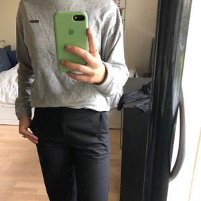 Grå sweatshirt fra H&M str. S sælges. Den er kun brugt få gange!🤍