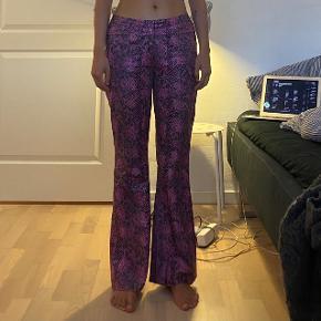 Vintage slangeskinds bukser. Klippet forneden, men ikke noget man ser