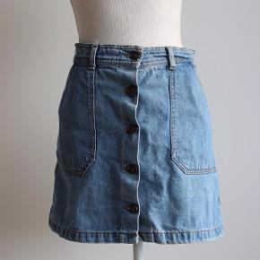 Denim nederdel med lommer og knapper, som knapper hele vejen op/ned.  Kan hentes i Brabrand (Gellerup) eller sendes på købers regning - også mulighed for at mødes i Århus C.  Skriv endelig, hvis du har spørgsmål til produktet :-)
