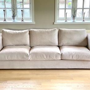 IKEA Sofa - Vimle - Købt 2018 - Fejlfri og fremstår som ny.  Original pris: 4.499 kr.  Produktmål: Højde inkl. ryghynder: 83 cm H, ryglæn: 68 cm Bredde: 241 cm Dybde: 98 cm  Link til IKEA: https://www.ikea.com/dk/da/p/vimle-3-pers-sofa-tallmyra-beige-s29284767/  Fra IKEA: Den bløde og hyggelige sofa holder i mange år, fordi siddehynderne er fyldt med højspændstigt skum, der gi'r din krop god støtte og hurtigt får den oprindelige form igen, når du rejser dig op.  Sofasektionerne kan kombineres på forskellige måder, så du får en sofa i den størrelse og form, du ønsker dig. Og hvis du får brug for en større sofa på et senere tidspunkt, kan du altid tilføje en sektion eller to.  Betrækket er fremstillet af fiberfarvet GUNNARED stof af polyester. Det er holdbart stof, der føles som uld, har et varmt udtryk og en meleret effekt i 2 toner.  Betrækket er nemt at holde rent, fordi det kan tages af og maskinvaskes.  Du kan supplere med VIMLE nakkestøtte og forlænge sofaens ryglæn, så du sidder endnu mere komfortabelt og har god støtte til nakken.  10 års garanti. Læs betingelserne i garantifolderen.  Betrækket har et lysægthedsniveau på 5 (evnen til at modstå falmning) på en skala fra 1 til 8. Ifølge branchestandarder er et lysægthedsniveau på 4 eller derover velegnet til brug i hjemmet.  Betrækkets slidstyrke er testet til at holde til 50.000 cyklusser. 15.000 cyklusser eller mere er velegnet til møbler, der bruges i private hjem, hver dag. Mere end 30.000 cyklusser er et tegn på evne til at modstå slid.  Designer Ehlén Johansson