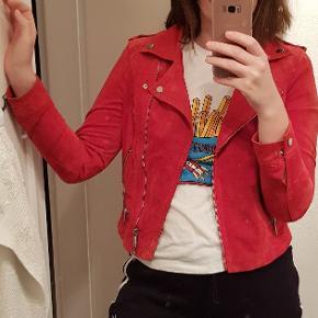 Flot ruskind / læder jakke fra vero moda. Nypris 700kr. Brugt få gange. Er stadig super flot i farven - ikke falmet eller slidt.