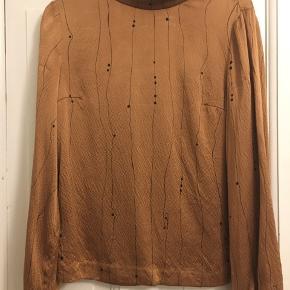 På trods af at den er brugt ganske lidt, så har den lidt brugsspor, da silken er meget tynd. Billeder kan sendes.