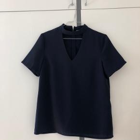 Ny og flot bluse fra PIECES i mørkeblå.  Aldrig brugt. Nypris: 280kr Mp: 150kr  Kan sendes via Trendsales handelssytem eller afhentes i Roskilde