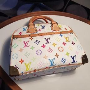 Varetype: Håndtasker Størrelse: 29cmx23cmx11.5cm Farve: Hvidt multicolore Oprindelig købspris: 9000 kr.  Jeg sælger min elegante ægte Louis Vuitton taske Trouville   Hvid multicolor monogram.  Tasken er brugt , men den er pæn og ren udvendig samt indvendig.  Størrelse: B 29cmxH 23xD 11.5cm   Jeg har ingen kvittering men jeg står 100 % inde for taskens ægthed.   Np dengang var 9000kr.   Mp er 7000,- TS Pay + 5%  Seriøse bud modtages