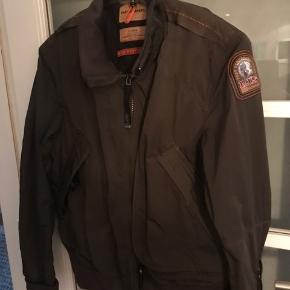 Lækker vind og vandtæt jakke , den er lidt til den lille side ( slimfit ) så en M/L vi sagtens kunne passe den :)