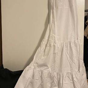Hvid maxi kjole i a-form. Tyndt bomulds stof. Lynlås på ryggen. Prøvet, aldrig brugt.