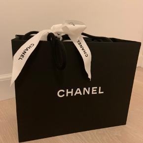Jeg sælger min CHANEL Boy Bag. Det er en limited edition Boy fra 2016 designet af Karl Lagerfeld. Karl lavede special edition af læderet foran på tasken. Tasken kan ikke købes længere.  Mål: 20x13x8 cm. Jeg har passet uendelig godt på den. I April 2020 fik den helt ny kæde, og jeg har ikke gået med den siden. Derfor er den stadig pakket ind i CHANEL. ALT hører med og kvittering haves.  Min pris er 35.000 kr. Kun seriøse henvendelser.