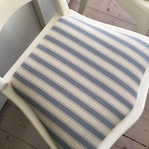 Virkelig fine stole, de er velholdte og stoffet fejler ingen ting. De sælges samlet og har målene:   45 cm høj 36 cm dyb 45,5 cm bred