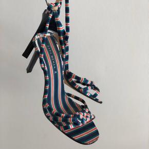 Smukkeste strappy heels fra Zara. Kun brugt en enkel gang indendøre. Selve skoen er i satin og kan derfor ikke undgås at trevle lidt (omkring låsen eks)   Bytter ikke, mp er sat (og meget lav i forvejen