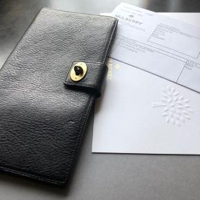 Mulberry Postmans Lock Travel Wallet, plads til rejsedokumenter, pas og 3 rum til kreditkort. Nypris 1900 kr