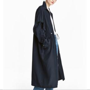 Flot mørkeblå frakke fra H&M trend. Str. 34. Lavet i tyndt stof. Bytter ikke. Aldrig brugt.