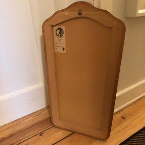 Gammel spejl fra Sverige. Spejlet sidder på en træramme. Højden måler 54cm, bredden 31cm og dybden. I fin stand.