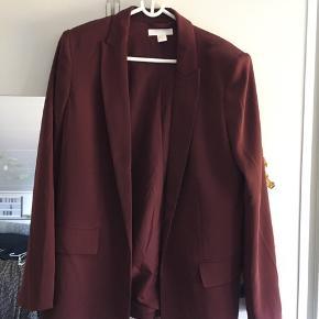 To helt nye skjorter, to dele der er brugt få gange