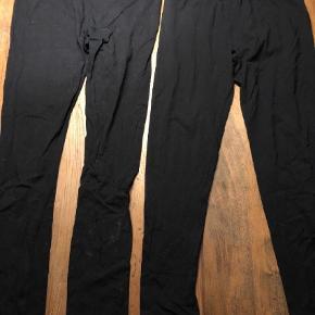 Brand: Vrs Varetype: Leggings Farve: Sort Oprindelig købspris: 600 kr.  Ikke ryger hjem.   1 par sorte leggings fra H&M XL 4 par sorte leggingsfra VRS i XXL 1 par sorte leggings fra Basic  H&M har været brugt et par gange, ellers er de alle nye.    Samlet pris for alle 6 stk.    Tilbud på alle mine tøj annoncer:  Køb 4 stk. og betal kun for 3. Den billigste er gratis.   Køb 10 stk. og betal kun for 6. De 4 billigste er gratis.   Hvis der er flere stykker tøj på én annonce med en samlet pris, gælder de som et stk. ved samlerabat.    Jeg måler desværre ikke det billigste tøj. Ellers har jeg skrevet mål i annoncen. Men du er altid velkommen til at returnere og få dine penge igen - præcis som hvis det var købt i en butik ;-)