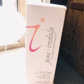 Stadig i indpakning!  Vegansk, uden parabener, glutenfri 🌿   Jane Iredale Glow Time SPF 25 - 50 ml - BB5   BESKRIVELSE Jane Iredale Glow Time BB5 er en mineralbaseret og lysebrun BB Cream. En BB Cream er en kombination af fugtcreme, foundation, concealer og solbeskyttelse. Den giver en fløjlsblød og ensartet hud, samtidig med, at den beskytter mod solens skadelige stråler på grund af den bredspektrede solbeskyttelse SPF 25. Den minimerer porer, dækker pletter og skjuler rynker. Produktet er meget drøjt i brug, så der skal ikke bruges meget af gangen. Glow Time findes i flere nuancer, så der er rig mulighed for at finde en til netop din hudtone. BB5 er en lys til medium nuance med gule undertoner.  Fordele: Giver en ensartet og blød hud Minimerer porer og dækker pletter Findes i flere nuancer Uden parabener Veganvenlig Glutenfri  Anvendelse: Påføres på afrenset og tør hud Påføres med fingrene på områder der skal dækkes Duppes ind i huden med fingrene eller en svamp  Ingrediensliste: Active Ingredient: Titanium Dioxide 17.5% Ingredients: Aqua/Water/Eau, Coconut Alkanes, Coco-Caprylate/Caprate, Octyldodecyl Neopentanoate, Glycerin, Polysilicone 11, PEG-10 Dimethicone, Stearic Acid, Citrus Paradisi (Grapefruit) Fruit Extract, Citrus Aurantium Amara (Bitter Orange) Fruit Extract, Malus Domestica Fruit Cell Culture Extract, Pyrus Malus (Apple) Fruit Extract, Pectin, Chlorella Vulgaris/Lupinus Albus Protein Ferment, Sodium Ascorbate, Tocopherol, Helianthus Annuus (Sunflower) Seed Oil, Camellia Sinensis (White Tea) Leaf Extract, Camellia Sinensis (Green Tea) Leaf Extract, Raphanus Sativus (Radish) Root Extract, Lecithin, Polyhydroxystearic Acid, Alumina, Lonicera Caprifolium (Honeysuckle) Flower Extract (and) Lonicera Japonica (Honeysuckle) Flower Extract, Tamarindus Indica (Tamarind) Extract, Cymbopogon Citratus (Lemon Grass) Extract, Xanthan Gum May Contain: Iron Oxides (CI 77489, CI 77491, CI 77492, CI 77499),Chromium Oxide Greens (CI 77288)  Jeg glæder mig til at handle