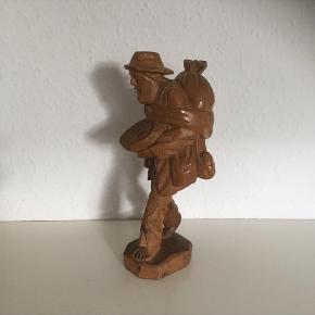 Gl træmand vandrer med taske klude osv  Træfigur vintage  Ca 35 høj i fin stand   Sender gerne  Se flere annoncer