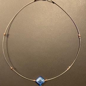 Halskæde, ukendt mærke. Det blå vedhæng er et stykke glas.